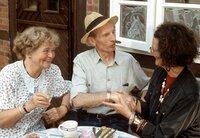 Lilo Bante (Rotraud Mundschenk, rechts) ist bei Oma (Ursula Hinrichs, links) und Opa (Heinz Lieven) zu Besuch. Sie kann die Zukunft aus dem Kaffeesatz lesen.
