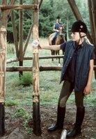 Lili (Ann-Kristin Schmeisser, re.) stellt fest, dass jemand die alten Sprossen des Hochsitzes demontiert hat. Peggy (Thea Frank, auf dem Pferd) schaut zu.