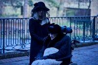 Victoria Lindemann (Sandra Borgmann, l.) kümmert sich um ihren Pflegebedürftigen Vater Jakob (Dieter Schaad, r.)