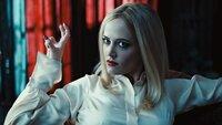Die Hexe Angelique Bouchard (Eva Green), einst für Barnabas' Verwandlung in einen Vampir verantwortlich, begehrt den zurückgekehrten Junggesellen noch immer...