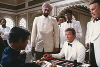 Gobinda (Kabir Bedi, 3.v.l.), James Bond (Roger Moore, 2.v.r.)