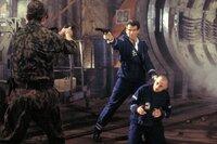 James Bond (Pierce Brosnan, M.), Renard (Robert Carlyle, r.)