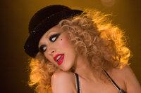 Nur mit einer riesigen Portion Glück gelingt es Ali (Christina Aguilera), ihre gigantische Stimme der skeptischen Tess zu präsentieren ...