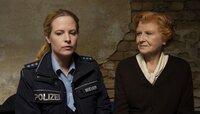 Hermine Blücher (Irm Hermann) hat eine Nacht im Gefängnis verbracht, weil sie des Mordes verdächtigt wird. Nun hätte sie einen wichtigen Hinweis für Kati (Diana Amft) – doch die hört ihr nicht wirklich zu.