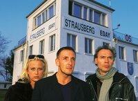 Andre Fux (Mark Keller, Mi.), Trixi (Jenny Elvers) und Dr. Mehring (Gerald Uhlig) beobachten die führerlose Cessna ...