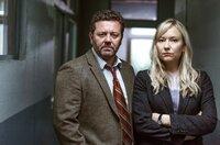 Detective Mike Shepherd (Neill Rea) und seine Kollegin Kristin Sims (Fern Sutherland).