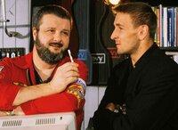 Andre (Mark Keller, re.) befragt Jimmy (Erich Bar) nach Käufern von Tuning-Teilen für eine '72er Corvette.
