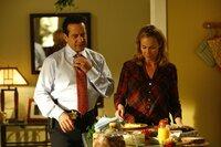Blick in die Vergangenheit: Adrian (Tony Shalhoub, r.) wird das Gefühl nicht los, dass ihm seine Frau Trudy (Melora Hardin, r.) etwas verheimlicht ...