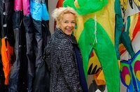 Kristin (Katja Riemann) sucht im Drachenbauladen nach Informationen, auf denen sie ein Gespräch mit ihrem Sohn aufbauen kann.