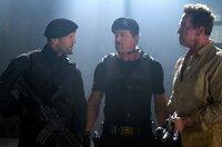 Lee Christmas (Jason Statham, li.), Barney Ross (Sylvester Stallone) und Trench (Arnold Schwarzenegger, re.) ist momentan nicht nach Scherzen zumute.