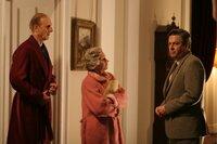 Ein Anruf des französischen Botschafters hat die königliche Familie in ihrem Schottland-Urlaub auf Balmoral aufgeschreckt: Robin Janvrin (Roger Allam, r.) überbringt der Königin (Helen Mirren) und ihrem Mann, Prinz Phillip (James Cromwell) in den frühen Morgenstunden die Nachricht, dass Prinzessin Diana in Paris einen schweren Autounfall hatte.
