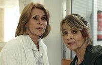 Almuth (Senta Berger) und Rita (Cornelia Froboess, re.) müssen erst lernen, miteinander klar zu kommen.