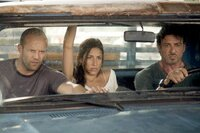 Lee Christmas (Jason Statham, li.), Sandra (Giselle Itié) und Barney Ross (Sylvester Stallone) haben Probleme.