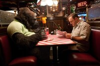 Tierpfleger Griffin (Kevin James) erfüllt Gorilla Bernie einen Herzenswunsch und nimmt ihn mit in ein Restaurant...