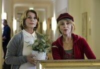 Es kostet Almuth (Senta Berger) einige Überwindung, sich an die Schrullen von Rita (Cornelia Froboess, re.) zu gewöhnen.