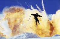 James Bond (Pierce Brosnan) gehört zu den ganz wenigen Briten, die auch auf Brettern im Schnee eine gute Figur machen.