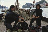 James Bond (Pierce Brosnan) und Wai Lin (Michelle Yeoh)