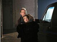 Die Zollbeamtin Karin Berglund (Maria Kalle) hat sich mit dem skrupellosen Schmuggler Hosse (Svante Martin) eingelassen, der sie nun als Geisel nimmt.