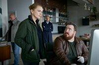Weyer (Tristan Seith, r.) hat etwas Neues gefunden. Helen Dorn (Anna Loos) und Falk Mattheissen (Daniel Friedrich) sind angespannt.