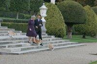 Eine der schwierigsten Wochen in der Regentschaft Elizabeths II. (Helen Mirren) ist überstanden. Die Königin ermuntert den Premierminister Tony Blair (Michael Sheen) bei ihrer turnusmäßigen Besprechung zu einem Spaziergang im Garten von Buckingham Palace.