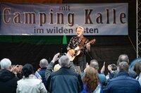 """Die Fans wollen von Camping-Kalle (Christoph M. Ohrt) nur ein einziges Lied hören: Seinen alten Hit """"Unter der Sonne""""."""