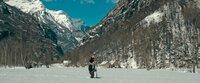 In den verschneiten Bergen Norditaliens nutzt Leonie (Stephanie Amarell) die Größe ihres Leibwächters Gerry (Alexander Czerwinski), um mit dem Handy Empfang zu bekommen.