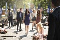 Eigentlich versucht Lily (Annie Wersching, 3.v.l.), die wahre Natur ihrer Kinder Malcolm (Justice Leak, 2.v.l.), Mary Louise (Teressa Liane, 3.v.r.) und Nora (Scarlett Byrne, 2.v.r.) vor der Öffentlichkeit zu verstecken, doch Matt (Zach Roerig, l.) und Caroline (Candice King, r.) müssen schnell erkennen, dass Lily nicht die volle Kontrolle hat ...