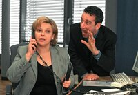 Seine Sekretärin Frau Schnattmann (Andrea Wildner) versteht nur Bahnhof, als der unsichtbare Max (Heio von Stetten) versucht, sich Gehör zu verschaffen.