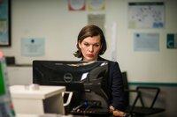 Kate (Milla Jovovich) spürt, dass irgendetwas an den Einreiseplänen von Dr. Balan merkwürdig ist, und möchte ihn deshalb genauer überprüfen.