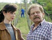 Weingutbesitzerin Kathrin (Marijam Agischewa) will Kellermeister Christoph (Joachim Zschocke) zum Bleiben überreden.
