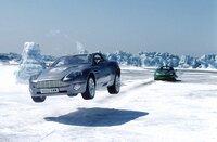 James Bond flüchtet in seinem Aston Martin Vanquish in die weitläufige Schneelandschaft Islands, dicht gefolgt von Bösewicht Zao in seinem Jaguar XKR.
