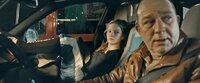 Leonie (Stephanie Amarell) und ihr Vater Burko (Uwe Preuss) stehen gemeinsam im Stau auf der Reeperbahn in Hamburg, als es zu einem unerwarteten Zwischenfall kommt, der ihr Leben komplett verändert.