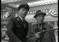 Am Münchner Hauptbahnhof 1966: Der Summerer-Bauer, gespielt von Ludwig Schmid-Wildy (rechts), fragt sich durch.