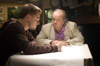 Nach und nach kann Billy Costigan (Leonardo DiCaprio, l.) das Vertrauen von Unterweltboss Frank Costello (Jack Nicholson, r.) gewinnen. Jedoch ahnt er nicht, dass Costello ebenfalls einen seiner Männer bei der Polizei eingeschleust hat ...