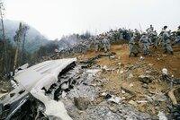 Helfer sichern die Wrackteile am Mount Osutaka