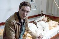 Philip (Frederick Lau) sorgt sich um das Wohlergehen seiner Großmutter Lisbeth (Hannelore Hoger).
