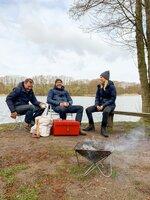Anni Dunkelmann testet zusammen Markus Wolff (l.) und Harald Willenbrock  nützliche Camping Gadgets.