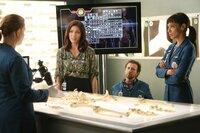 V.l.: Brennan (Emily Deschanel), Angela (Michaela Conlin), Hodgins (T.J. Thyne) und Cam (Tamara Taylor) stoßen bei der Untersuchung der Leiche auf einen wertvollen Hinweis - das Opfer trug einen signierten Diamanten bei sich.