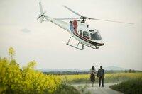 Jochen Lehmann (Bastian Pastewka) und seine Frau Julia (Susanne Wolff) stehen auf einem Feldweg und über ihnen fliegt ein Hubschrauber.