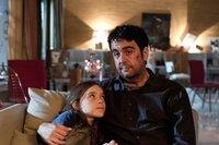 Jochen Lehmann (Bastian Pastewka) versucht in dem ganzen Chaos das Nesthäkchen Nadine (Katharina Korn) zu trösten.