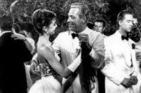 Eine unerfüllte Liebe treibt die Tochter eines Chauffeurs ins ferne Paris. Nach einigen Jahren kehrt Sabrina als elegante junge Dame zurück und ihr einstiger Schwarm ist so hingerissen von ihr, dass er seine Verlobung zu lösen gedenkt. Das wiederum ruft den älteren Bruder auf den Plan, der diese Verbindung mit allen Mitteln aufrechterhalten will und sich schließlich ebenfalls in Sabrina verliebt. - David (William Holden) tanzt mit Sabrina Audrey Hepburn).