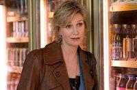 """Nach und nach muss sich auch die Direktorin von """"Sturdy Wings"""", Gayle Sweeny (Jane Lynch), eingestehen, dass die beiden Männer Dany und Wheeler nicht nur einen schlechten Einfluss auf ihre Schützlinge haben ..."""