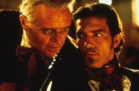Von Don Diego de la Vega (Anthony Hopkins, l.) wird der junge Alejandro (Antonio Banderas, r.) unter die Fittiche genommen, doch es ist kein leichtes Unterfangen ...