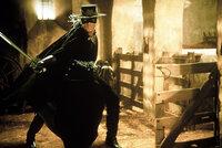 20 Jahre nach seiner Inhaftierung entkommt Zorro, der geheimnisvolle Rächer mit der schwarzen Maske, aus seinem Kerker und bildet den jungen und ungestümen Straßenräuber Alejandro (Antonio Banderas) zu seinem Nachfolger aus, um gegen den grausamen spanischen Gouverneur zu kämpfen ...