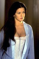 Die schöne Elena (Catherine Zeta-Jones) kommt hinter die Pläne ihres vermeintlichen Vaters ...