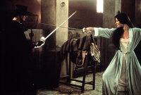 Alejandro (Antonio Banderas, l.) kämpft gegen das Unrechtsregime des spanischen Gouverneurs Don Rafael Montero und seiner Handlanger. Dabei lernt er die schöne Elena (Catherine Zeta-Jones, r.) kennen ...