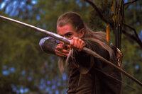 Als Legolas (Orlando Bloom) endlich zum Schlachtfeld kommt, findet er den schwer verletzten Boromir vor ...