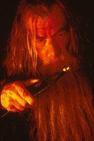 Gandalf (Ian McKellen) zieht einen Ring aus dem Feuer, der demjenigen, der ihn besitzt, große Macht verleiht ...