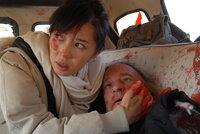 Verzweifelt versucht Anika (Nan Yu, l.), Chambers (William Shriver, r.) dem Tod noch zu entreißen. Doch ihr Stiefvater erliegt seinen schweren Verletzungen ...