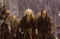 Aragorn (Viggo Mortensen, r.) hilft dem vom Einfluss des gefährlichen Sarumans befreiten König Theoden (Bernard Hill, l.) im Kampf um Helms Klamm ...